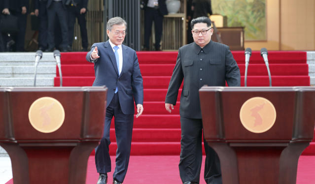 <p>North Korean leader Kim Jong Un, right, and South Korean President Moon Jae-in arrive for their joint announcement at the border village of Panmunjom in the Demilitarized Zone, South Korea, Friday, April 27, 2018. (Photo: Korea Summit Press Pool via AP) </p>