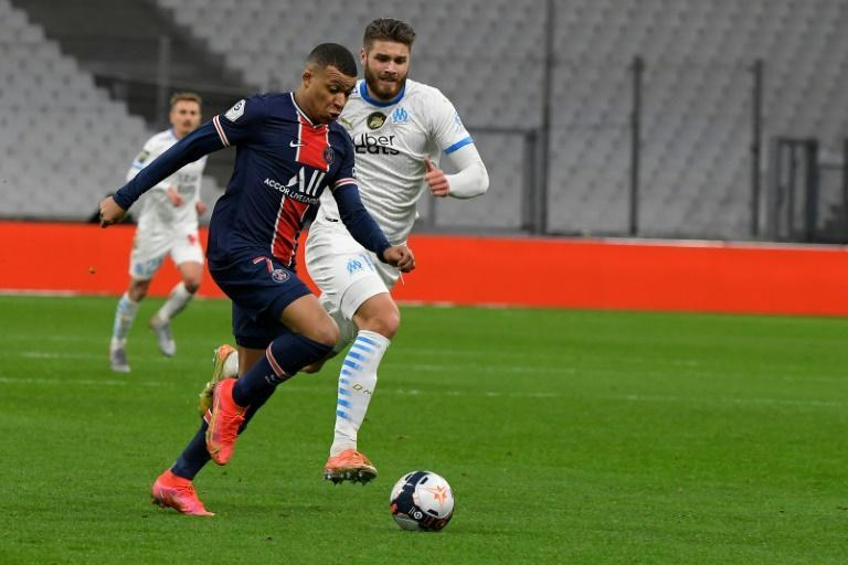 Kylian Mbappé do PSG (esq.) tenta escapar de Duje Caleta-Car do Olympique de Marselha na partida disputada neste domingo, 7 de fevereiro de 2021
