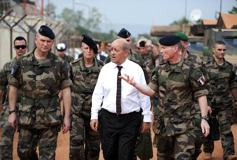 French Defence Minister Jean-Yves Le Drian (C) speaks with soldiers during a 2014 visit to Bangui, Central African Republic (AFP Photo/Stephane De Sakutin)