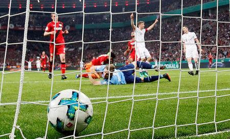 Soccer Football - DFB Cup - Bayer Leverkusen vs Bayern Munich - BayArena, Leverkusen, Germany - April 17, 2018 Bayern Munich's Thomas Mueller celebrates scoring a goal as Bayer Leverkusen's Bernd Leno looks on REUTERS/Wolfgang Rattay