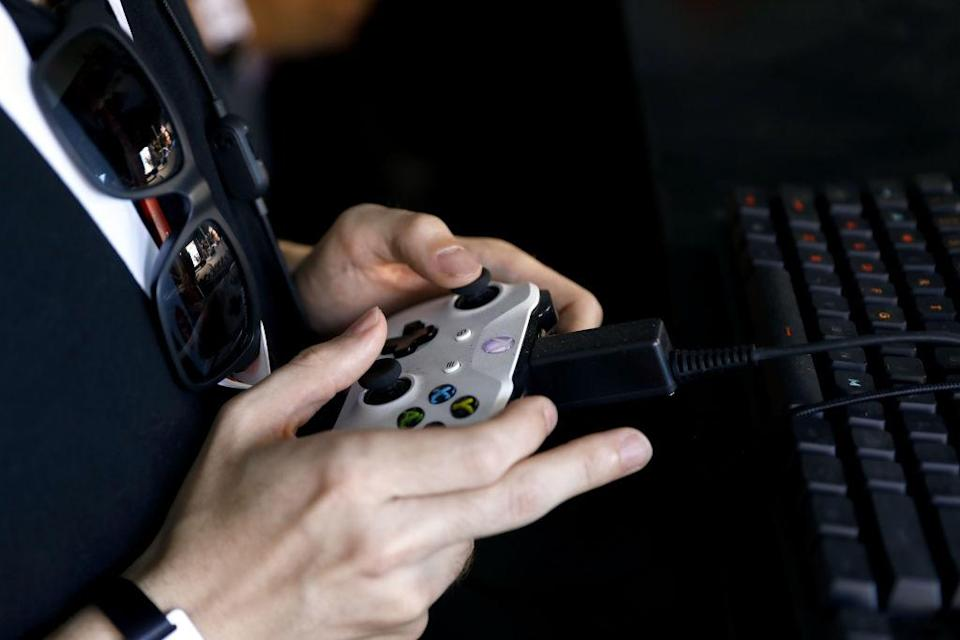 A player holding an Xbox controller. (Photo: Patrick T. Fallon/Bloomberg/Getty Images)