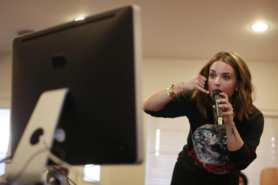 Pop star JoJo trying Stageit for the first time way back in 2013, in front of an iMac computer. (Photo: Jay L. Clendenin/Los Angeles Times)