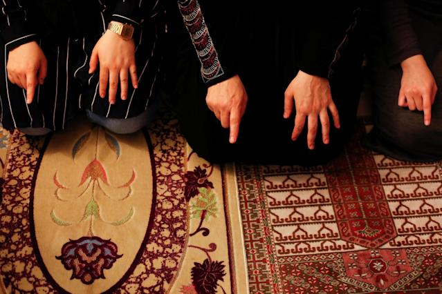 <p>Egyptian-American Muslim family membres pray the Maghrib prayer on the first day of Ramadan in Manhattan, May 27, 2017. (Gabriela Bhaskar/Reuters) </p>