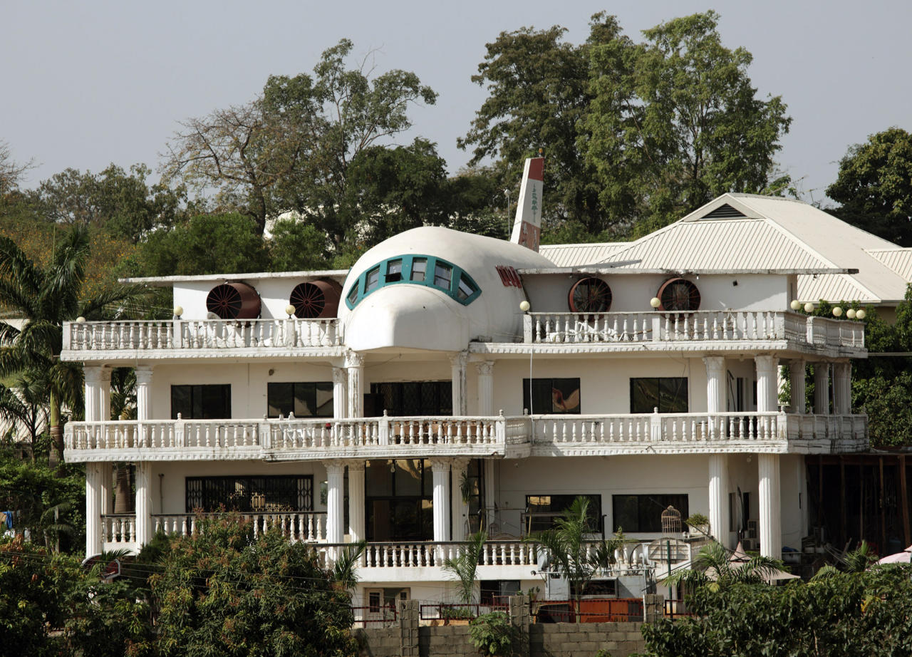 A house partially built in the shape of an airplane is seen in Abuja November 24, 2009. REUTERS/Goran Tomasevic  (NIGERIA BUSINESS SOCIETY) - RTXR33B