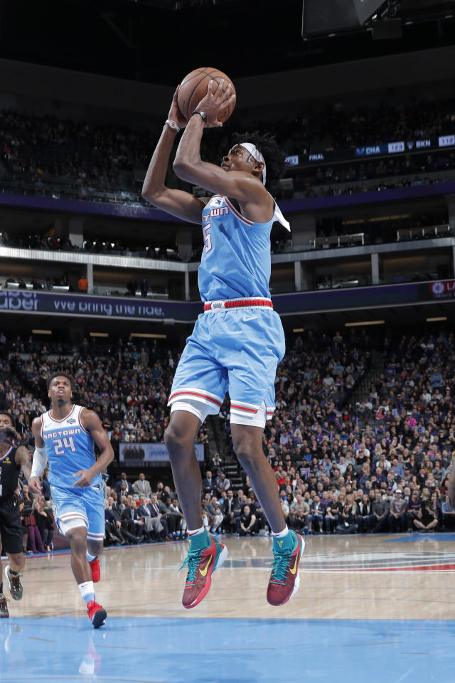 SACRAMENTO, CA - MARCH 1: De'Aaron Fox #5 of the Sacramento Kings shoots open shot against the LA Clippers on March 1, 2019 at Golden 1 Center in Sacramento, California. (Photo by Rocky Widner/NBAE via Getty Images)