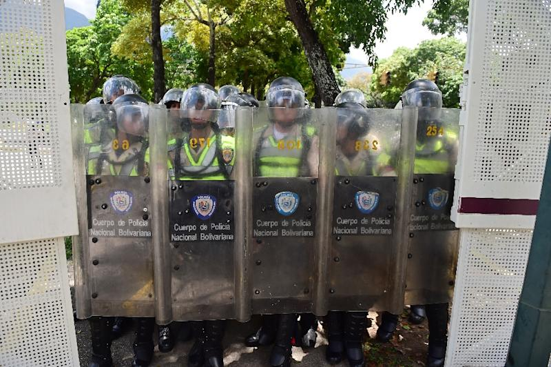 Riot police are deployed during a protest of Central University of Venezuela students in Caracas on May 4, 2017 (AFP Photo/RONALDO SCHEMIDT)