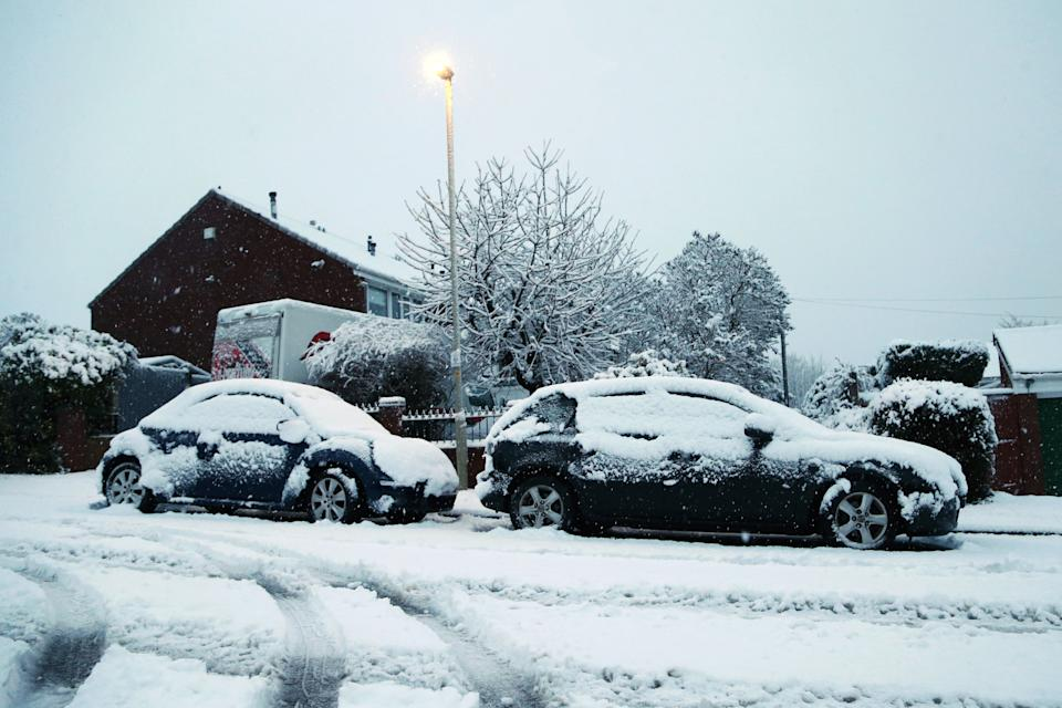 STOURBRIDGE, ENGLAND - DECEMBER 28: Cars are covered in snow as heavy snow falls down on the West Midlands over night on December 28, 2020 in Stourbridge, England. (Photo by Cameron Smith/Getty Images)