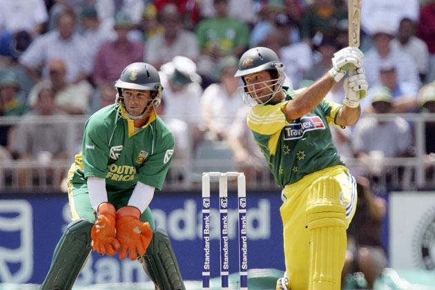 JOHANNESBURG, SOUTH AFRICA - MARCH 12:  Ricky Ponting of Australia in action with Mark Boucher of South Africa looking on during the fifth One Day International between South Africa and Australia played at Wanderers Stadium on March 12, 2006 in Johannesburg, South Africa.  (Photo by Hamish Blair/Getty Images)