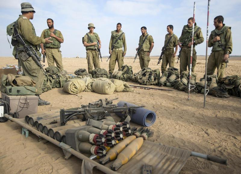 Israeli soldiers during a briefing at an army deployment area on the southern Israeli border with the Gaza Strip on August 1, 2014 (AFP Photo/Jack Guez)