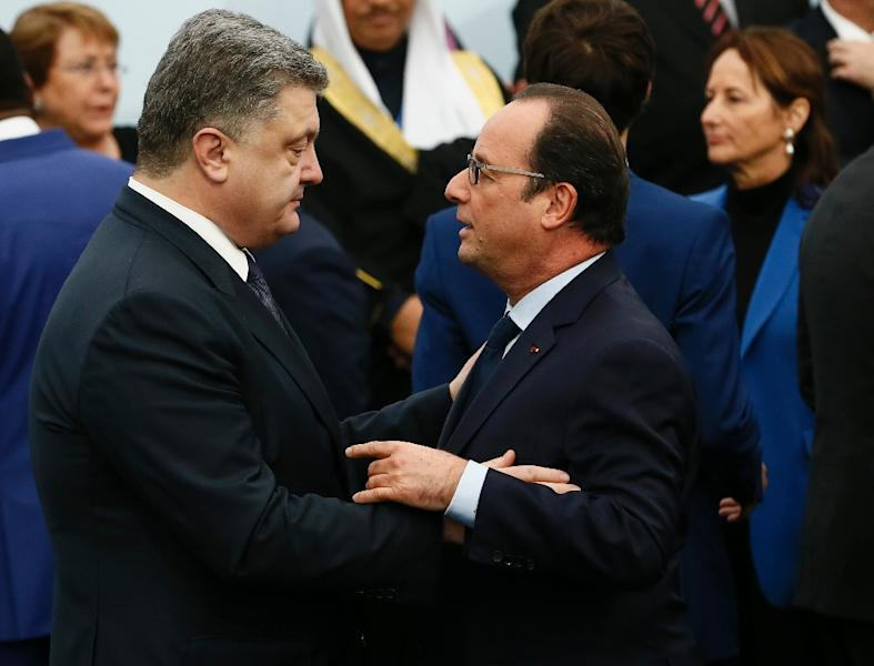 Ukraine's President Petro Poroshenko talks with French President Francois Hollande (R) at the COP21 World Climate Change Conference in Le Bourget, north of Paris, on November 30, 2015 (AFP Photo/Ian Langsdon)