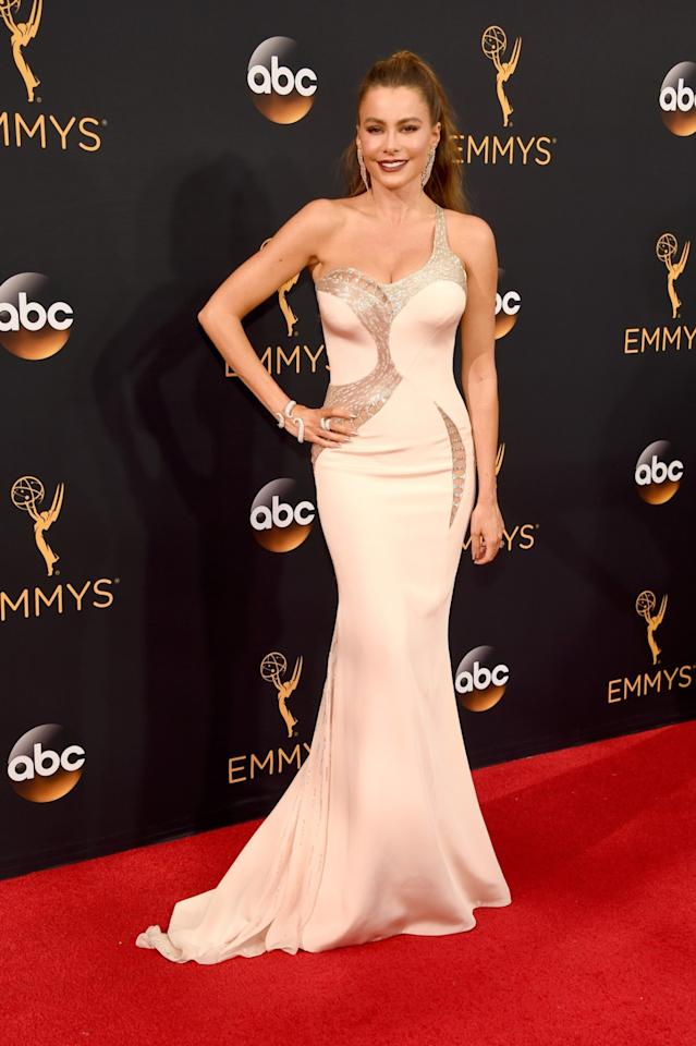 <p>Also looking stunning was Sofia Vergara, 44, who popped a pose in a cutout-enhanced, asymmetrical number that hugged her signature curves in all the right places. The <i>Modern Family</i> star flew solo sans hubby Joe Manganiello but made sure to bring plenty of bling in the form of statement earrings and serpentine bracelet. (Photo by Getty Images)</p>