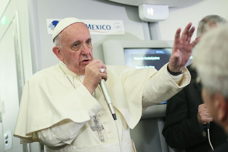 Pope Francis speaks to journalists aboard the flight from Mexico to Italy, on February 18, 2016 (AFP Photo/Alessandro Di Meo)