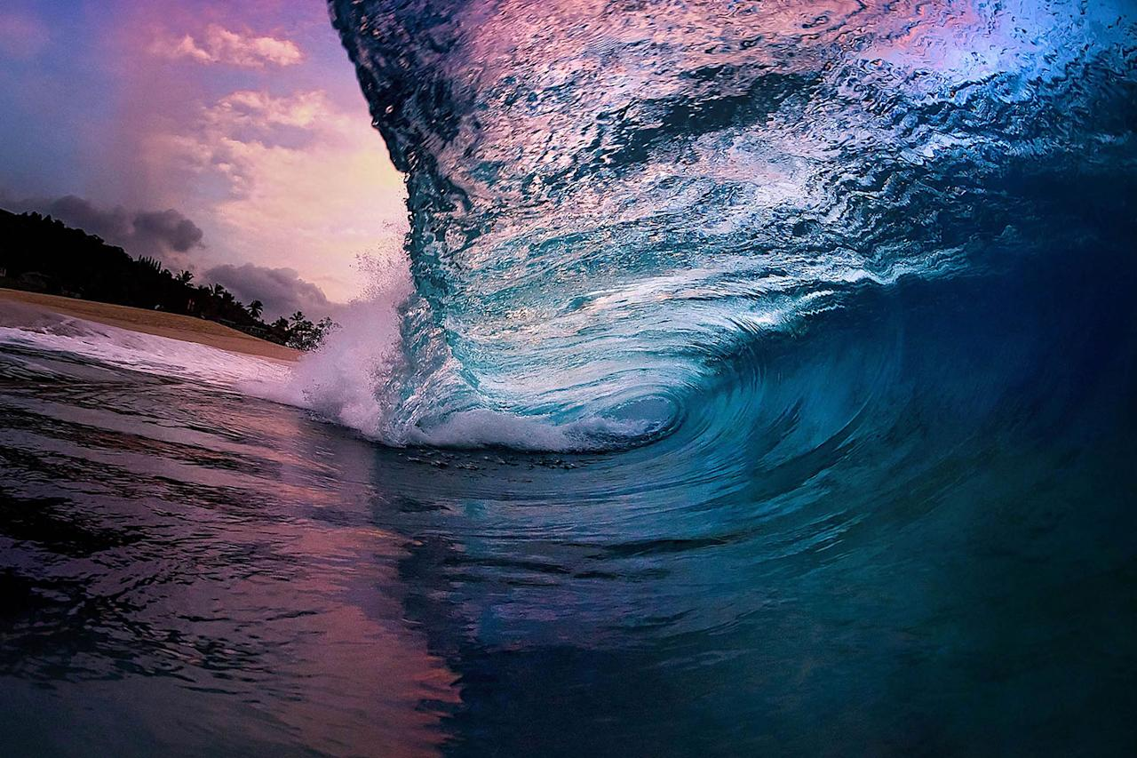 <p>A rolling wave during stormy conditions at the shore of the island of Oahu. (Photo: Marco Mitre/Caters News) </p>