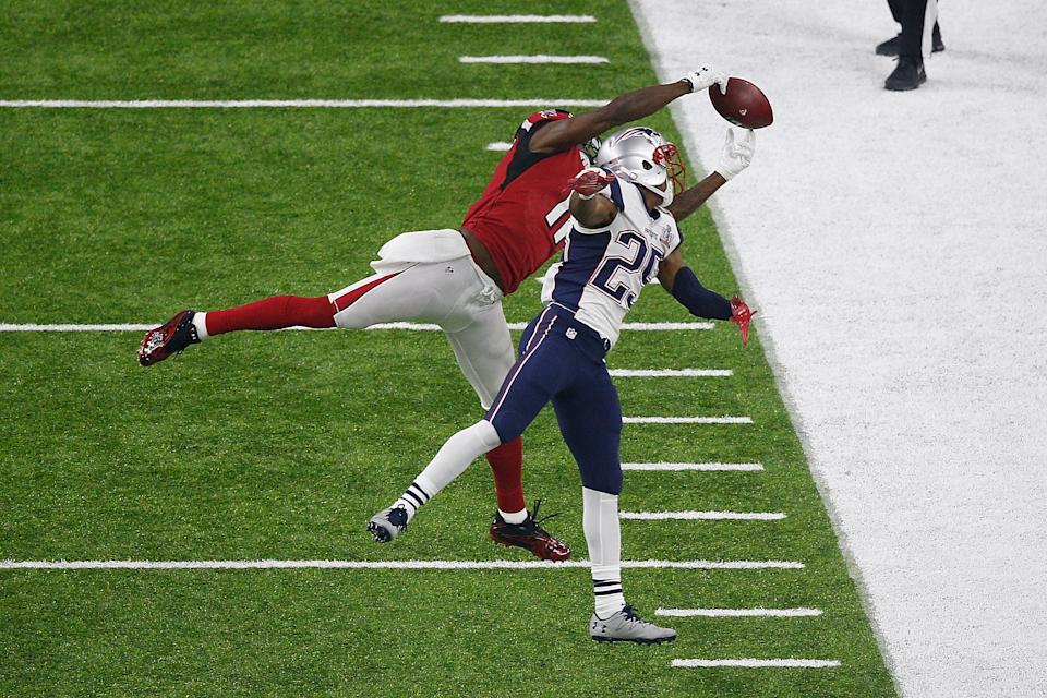HOUSTON, TX - FEBRUARY 05:  Julio Jones #11 of the Atlanta Falcons makes a catch over Eric Rowe #25 of the New England Patriots during Super Bowl 51 at NRG Stadium on February 5, 2017 in Houston, Texas.  (Photo by Bob Levey/Getty Images)