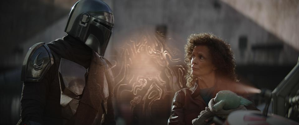 The Mandalorian chats with Peli Motto (Amy Sedaris) in Chapter 9 of The Mandalorian. (Disney+)