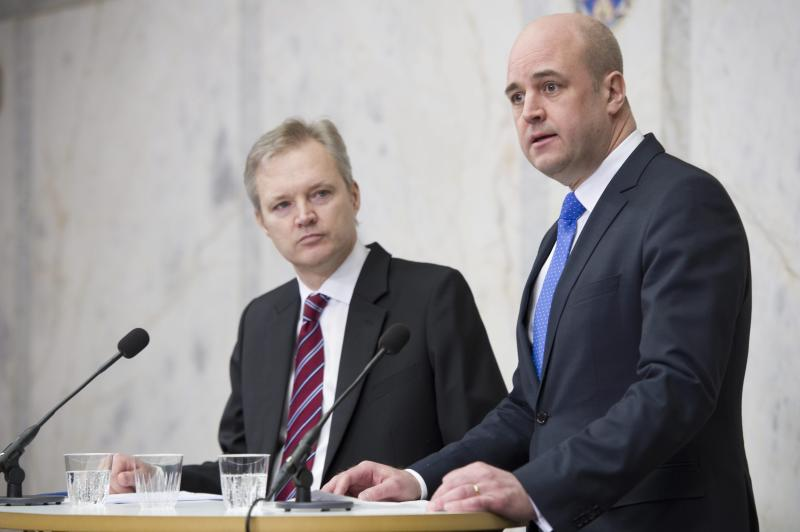 Swedish Defense Minister Sten Tolgfors, left, looks towards Prime Minister Fredrik Reinfeldt during a news conference in Stockholm Thursday March 29, 2012. Defense Minister Tolgfors is resigning after facing harsh criticism over leaked plans to build a weapons plant in Saudi Arabia. (AP Photo/Fredrik Sandberg) SWEDEN OUT