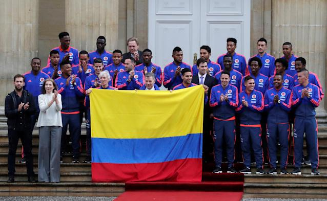 Colombia's President Juan Manuel Santos and his wife Maria Clemencia Rodriguez pose with national soccer team coach Jose Pekerman, captain Radamel Falcao and other members of the team during a ceremony handing the Colombian flag to national soccer team's captain at the Presidential Palace, prior to the national team's participation in the World Cup in Russia, in Bogota, Colombia, May 24, 2018. REUTERS/Henry Romero