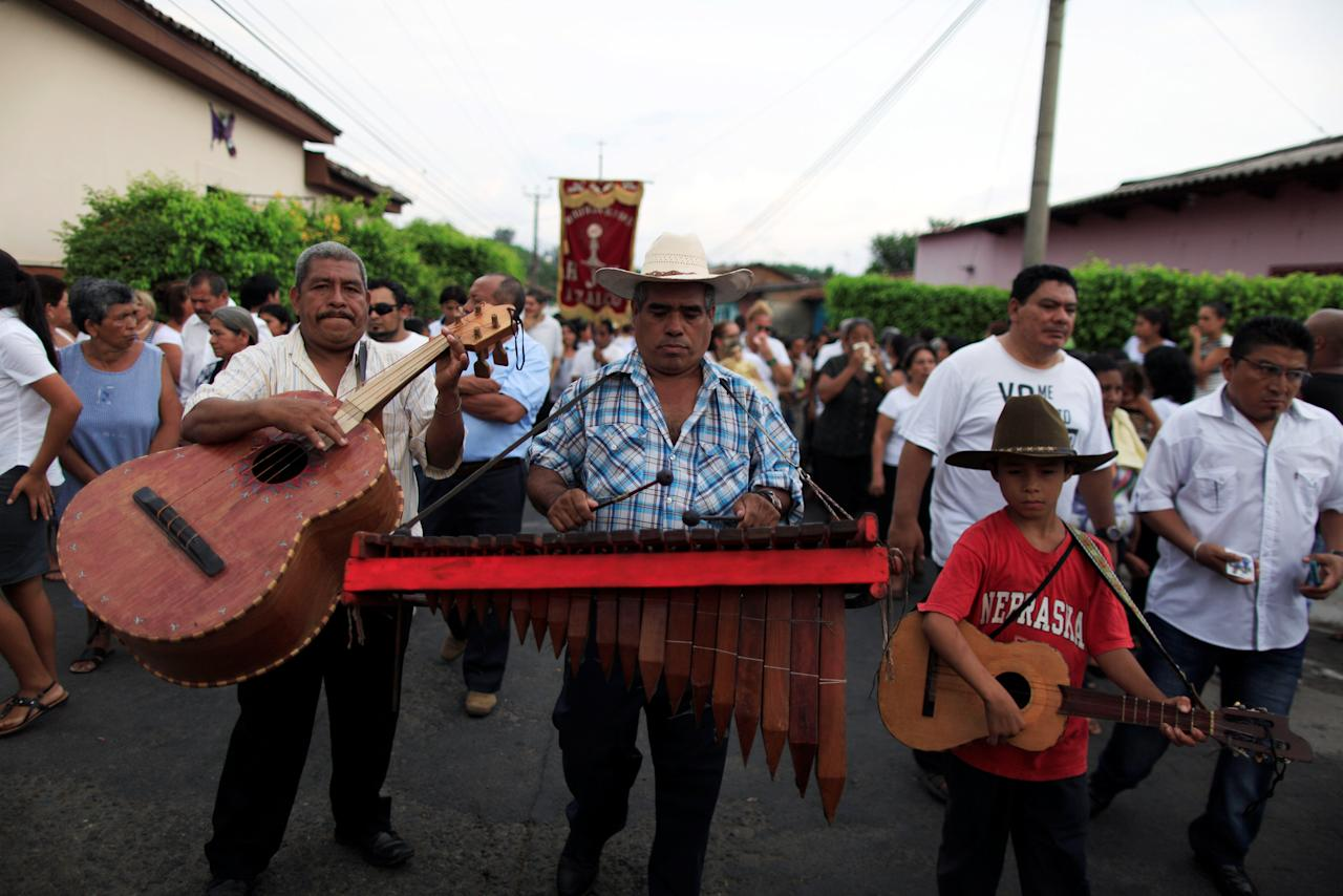 A traditional music group participates in the funeral of Darwin Zelaya, a local radio DJ killed by suspected gang members in Izalco, El Salvador May 27, 2016. REUTERS/Jose Cabezas