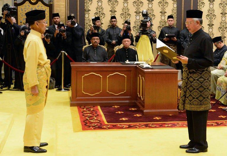 Malaysia's Prime Minister Najib Razak (R) reads his oath of office in front of Malaysia's King Abdul Halim Mu'adzam Shah as he is sworn in for his second term at the National Palace in Kuala Lumpur, May 6, 2013