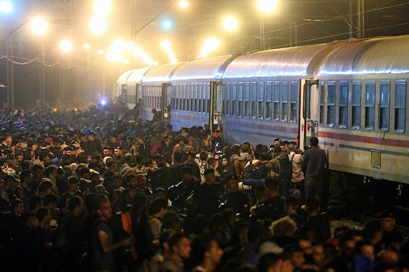 Migrants rush to board a train in the eastern-Croatia town of Tovarnik, close to the border between Croatia and Serbia on September 18, 2015 (AFP Photo/)
