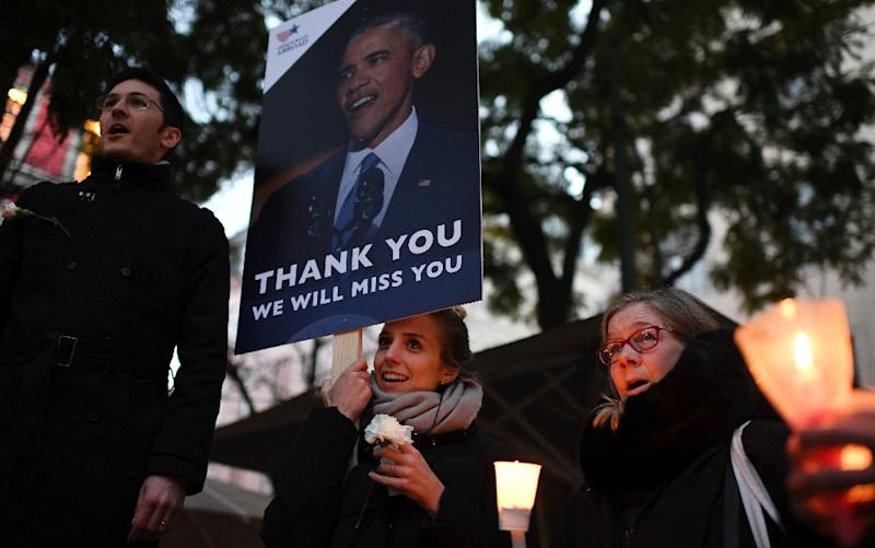 Americans residing in Portugal sing their national anthem as they take part in a vigil at Largo do Carmo in Lisbon on January 20, 2017 (AFP Photo/FRANCISCO LEONG)