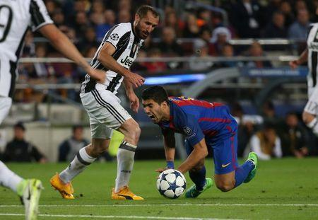 Football Soccer - FC Barcelona v Juventus - UEFA Champions League Quarter Final Second Leg - The Nou Camp, Barcelona, Spain - 19/4/17 Barcelona's Luis Suarez is fouled by Juventus' Giorgio Chiellini resulting in a booking for Chiellini Reuters / Sergio Perez Livepic