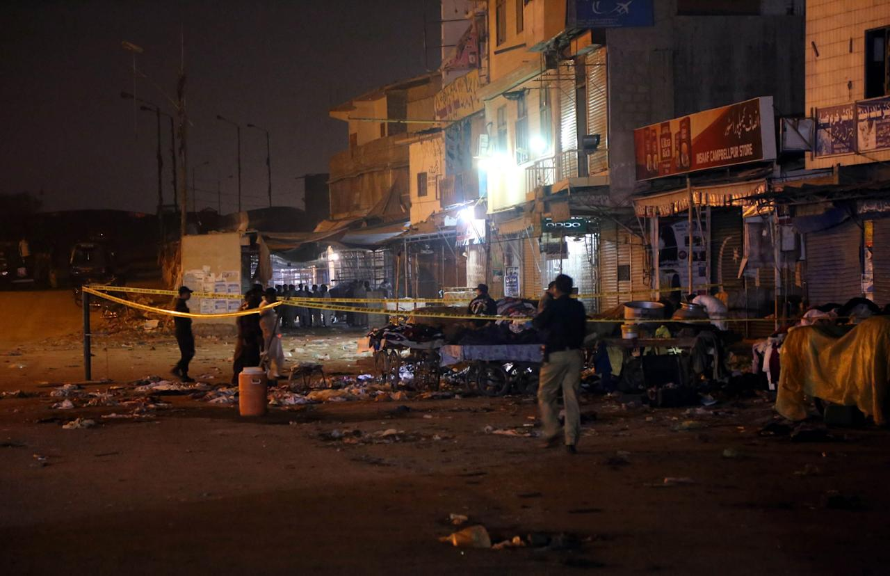 KHI01. Karachi (Pakistan), 17/11/2018.- Pakistani security officials inspect the scene of a bomb explosion in Karachi, Pakistan, 17 November 2018. At least two persons were killed and several injured when a powerful explosion occured in Karachi. There was no immediate claim of responsibility from any group. EFE/EPA/REHAN KHAN