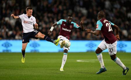 Soccer Football - Carabao Cup Third Round - West Ham United vs Bolton Wanderers - London Stadium, London, Britain - September 19, 2017  Bolton Wanderers' Craig Noone in action with West Ham United's Cheikhou Kouyate     Action Images via Reuters/Tony O'Brien