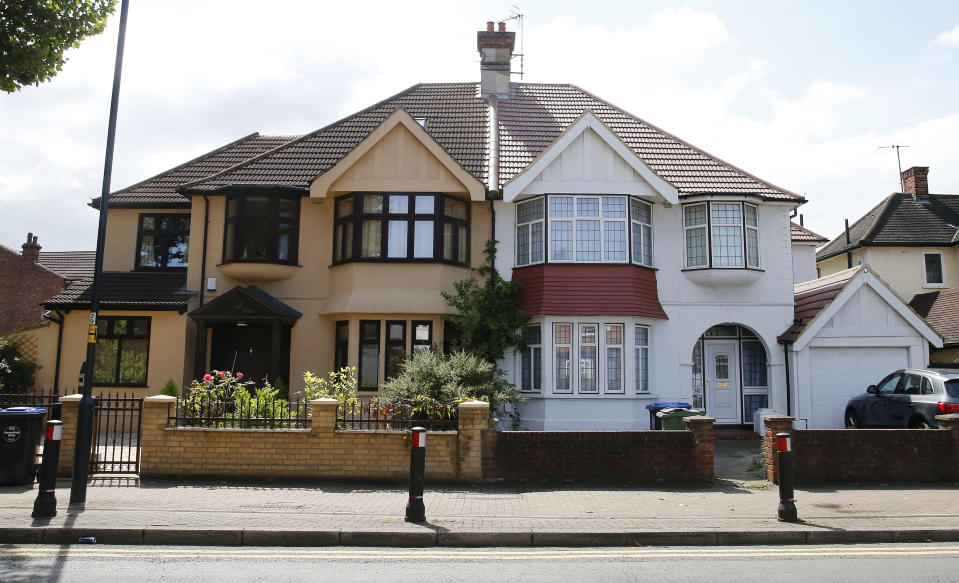 A view of semi-detached homes in the Willesden neighbourhood of northwest London, August 15, 2014. The Bank of England gave a clean bill of health to Britain's controversial flagship mortgage guarantee scheme on Thursday, sparing the government from potential embarrassment in the run-up to a national election.  The central bank also formally asked to expand its arsenal of powers to curb mortgage lending for homes and buy-to-let properties, and said it was bringing forward the date when it would put a figure on the maximum leverage banks can have. Picture taken August 15, 2014.   REUTERS/Suzanne Plunkett (BRITAIN - Tags: BUSINESS REAL ESTATE TPX IMAGES OF THE DAY)     ATTENTION EDITORS - PICTURE 20 OF 21 FOR WIDER IMAGE STORY 'NEIGHBOURING VISIONS'  SEARCH 'PLUNKETT VISIONS' FOR ALL PICTURES