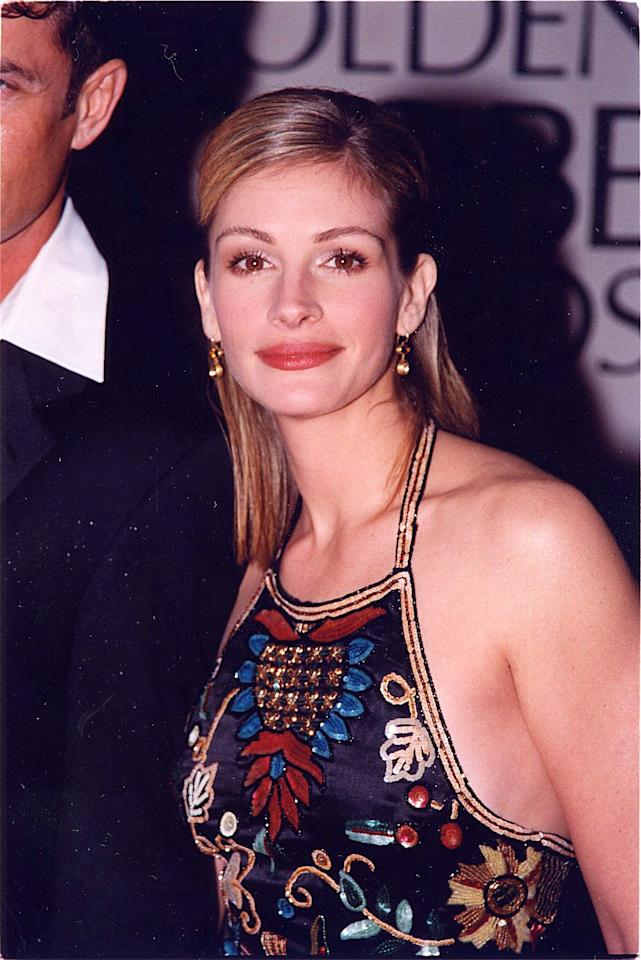 <p>Roberts had straight, dark blond hair at the 1998 Golden Globe Awards.</p>