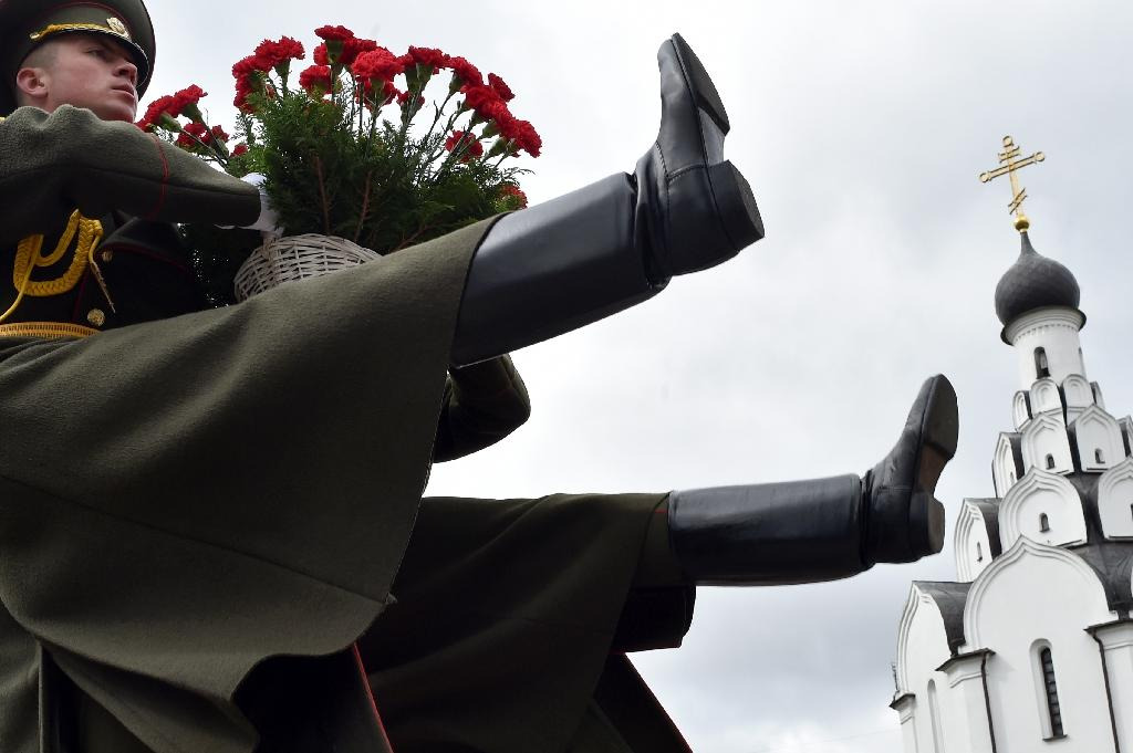Soldiers bearing flowers at the Chernobyl victims' memorial in Minsk (AFP Photo/Sergei GAPON)