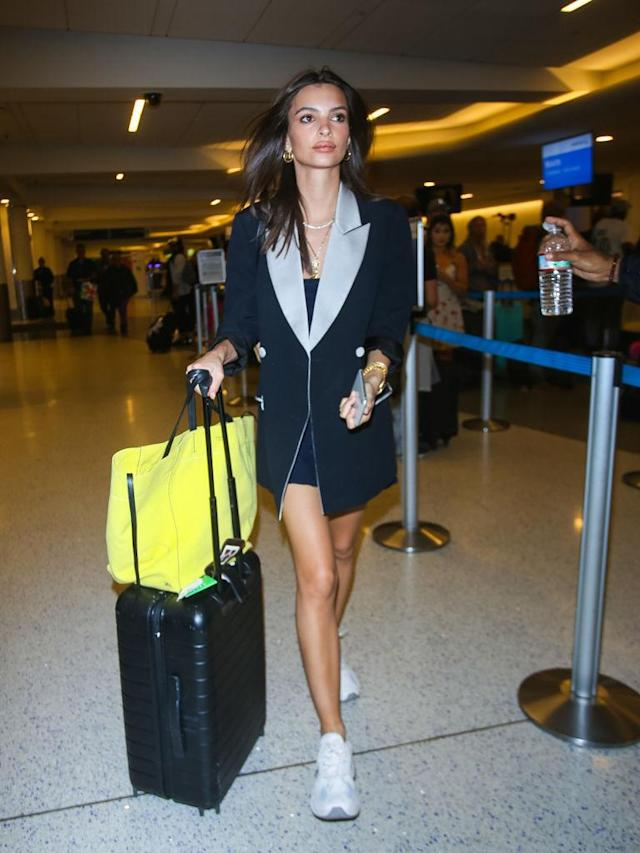 <p>Emily Ratajkowski at LAX. (Photo: Nikos/Bauer-Griffin/GC Images) </p>
