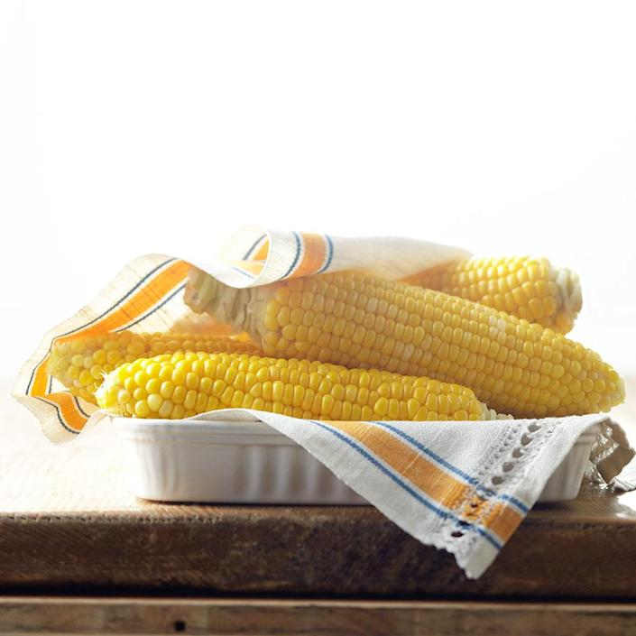 <p>Want to know how to boil corn on the cob? This boiled corn on the cob recipe starts with 4 ears of fresh summer corn.</p>