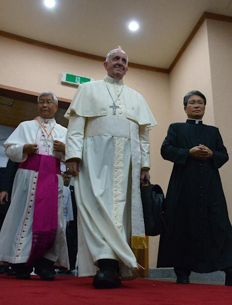 Pope Francis (C) arrives for a meeting with Catholic bishops from 22 Asian countries, at a martyrs' shrine, some 150 km south of Seoul, South Korea, on August 17, 2014 (AFP Photo/Vincenzo Pinto)