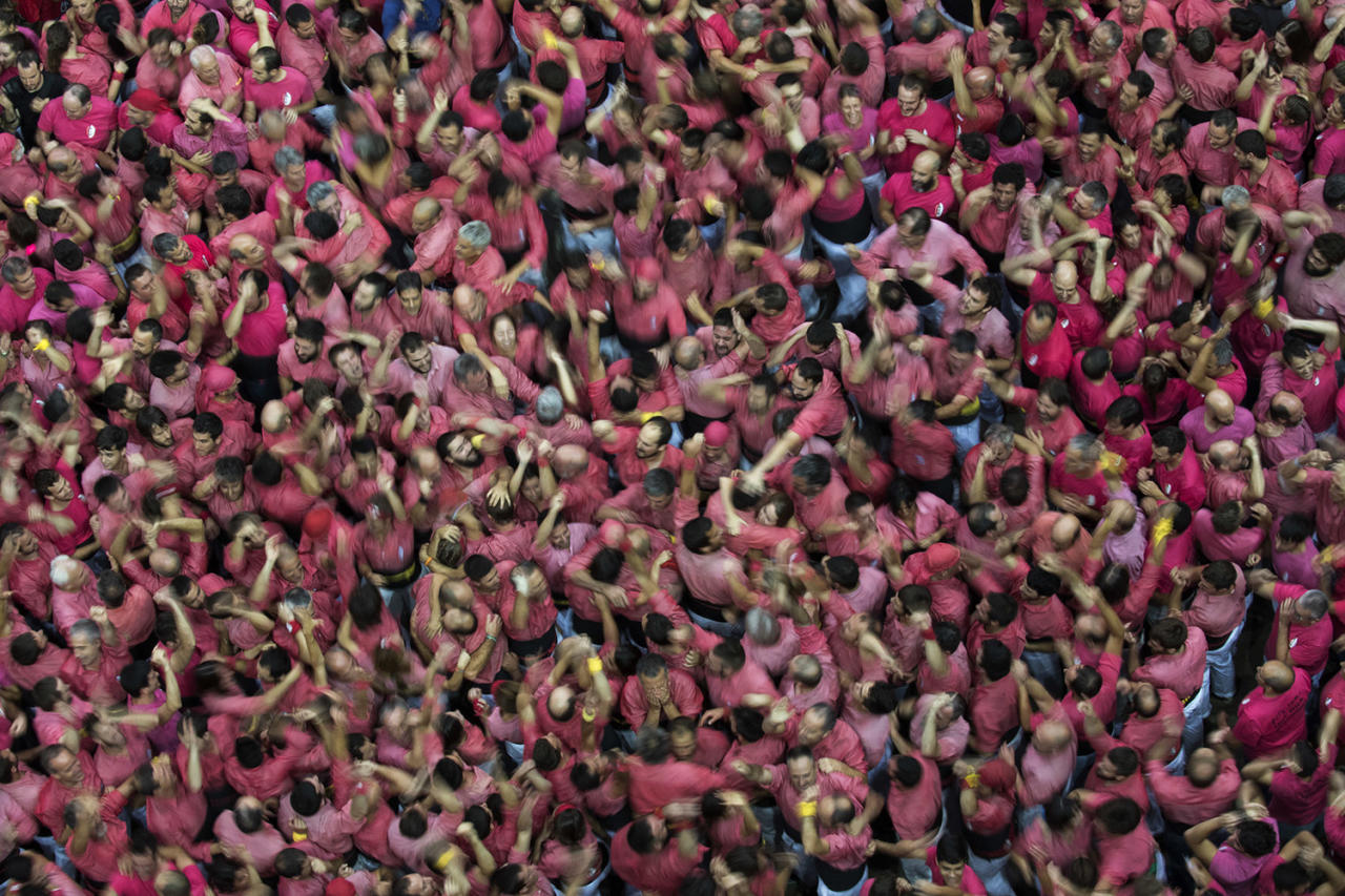 """<p>Members of the """"Colla Vella dels Xiquests de Valls"""" celebrate after completing their human tower during the 27th Human Tower Competition in Tarragona, Spain, on Oct. 7, 2018. (Photo: Emilio Morenatti/AP) </p>"""