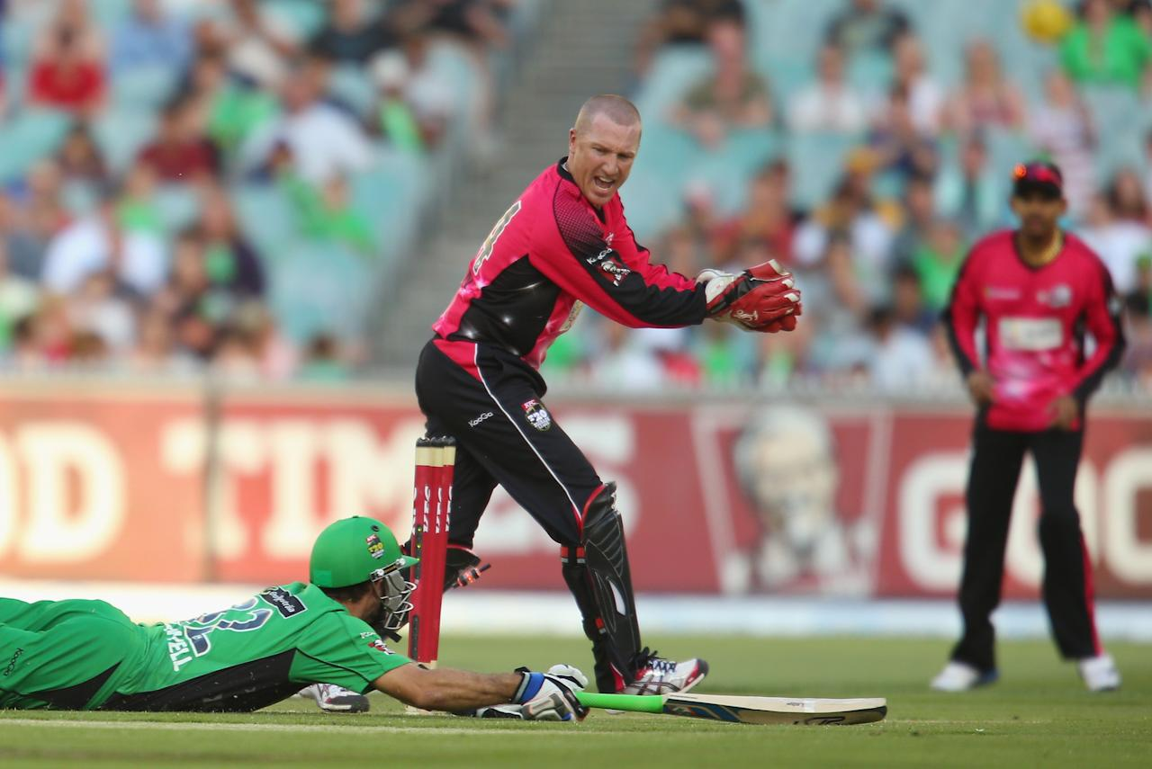 MELBOURNE, AUSTRALIA - DECEMBER 21:  Brad Haddin of the Sixers unsuccessfully attempts to run out Glenn Maxwell of the Stars during the Big Bash League match between the Melbourne Stars and the Sydney Sixers at Melbourne Cricket Ground on December 21, 2012 in Melbourne, Australia.  (Photo by Scott Barbour/Getty Images)