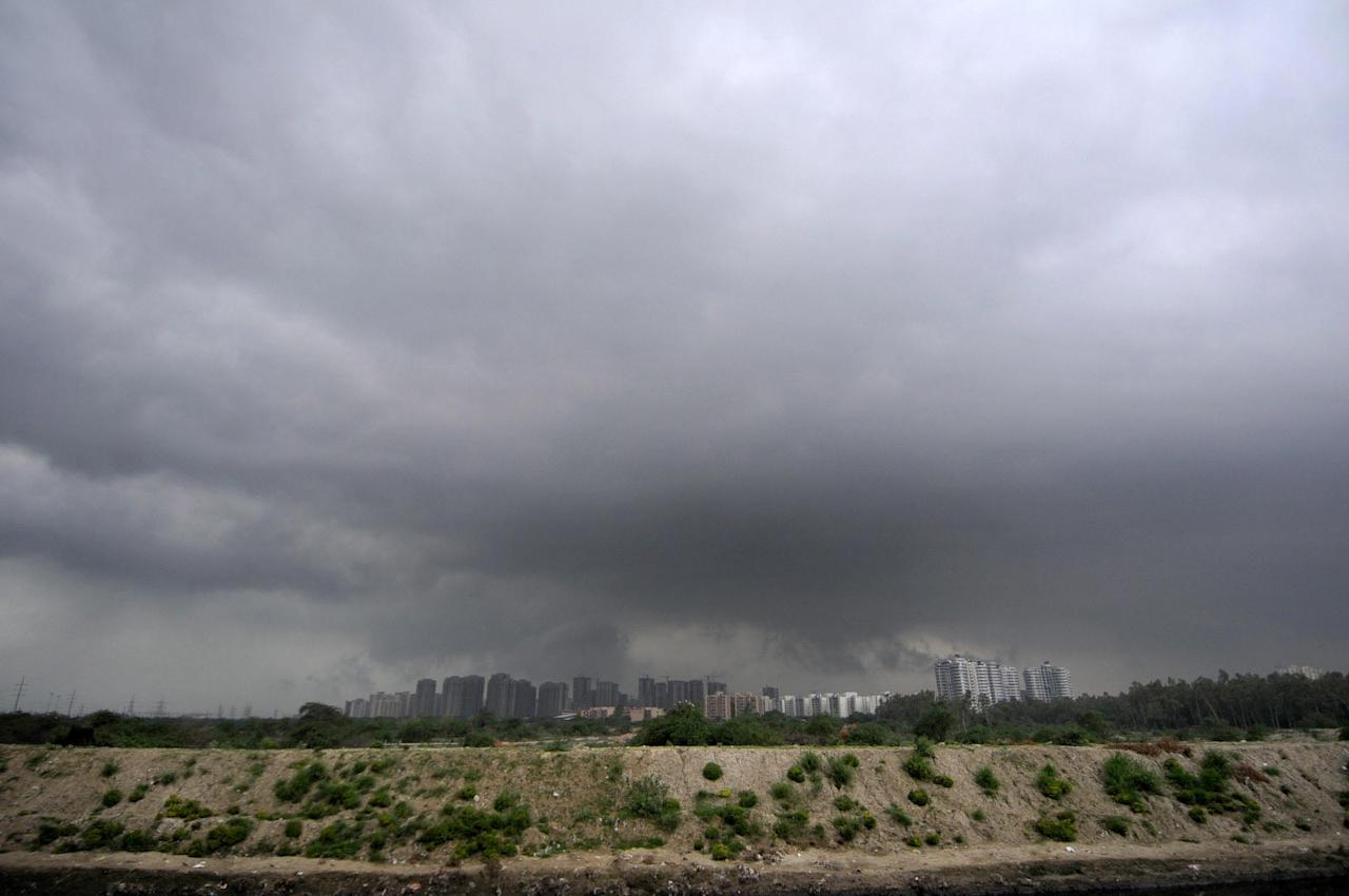 <p>Overcast sky seen at sector 137 on August 19, 2018 in Noida, India. Light to moderate rain was recorded in many parts of Delhi, NCR bringing down the temperature few notches. (Photo by Sunil Ghosh/Hindustan Times via Getty Images) </p>
