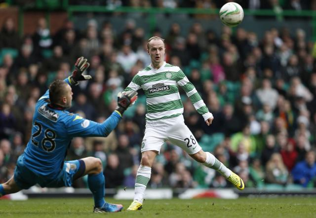 Celtic's Leigh Griffiths is challenged by St Mirren's goalkeeper Marian Kello during their Scottish Premier League soccer match at Celtic Park Stadium, Glasgow, Scotland, March 22, 2014. REUTERS/Russell Cheyne (BRITAIN - Tags: SPORT SOCCER)