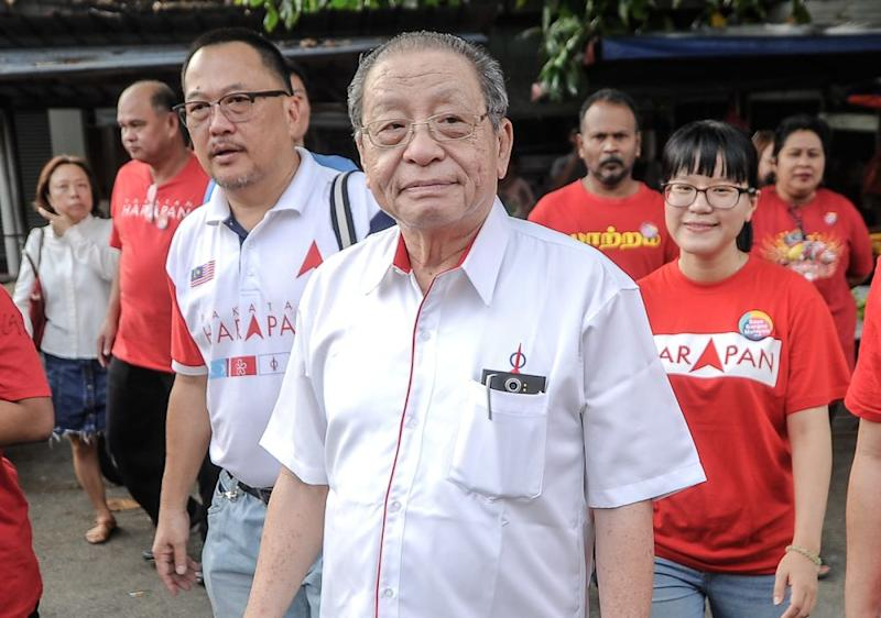 DAP adviser Lim Kit Siang arrives at a coffee talk session in Kg Baru Balakong this morning, August 22, 2018. ― Picture by Shafwan Zaidon