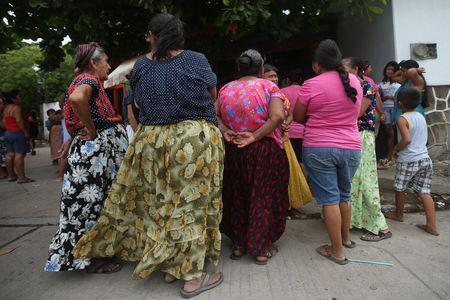 Women wait for food donations after an earthquake that struck on the southern coast of Mexico late on Thursday, in Juchitan, Mexico, September 10, 2017. REUTERS/Edgard Garrido