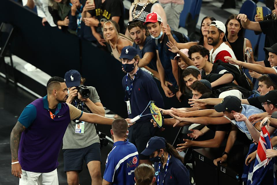 Kyrgios, rodeado de público tras su último partido del Open de Australia (Photo by Mark Metcalfe/Getty Images)