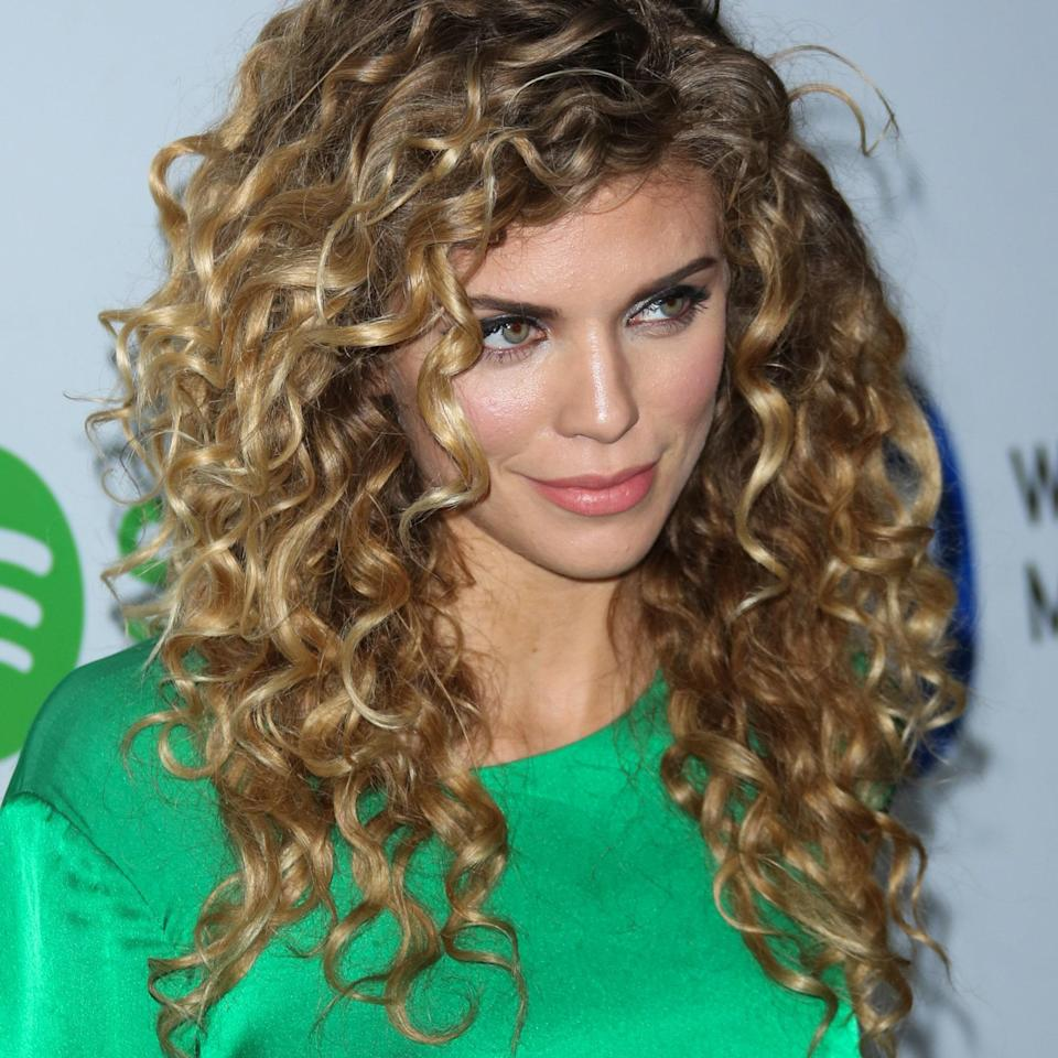 """You know that lioness vibe you try to achieve? The one that looks as if you didn't try at all, but you really tried it <em>all</em>? Actor AnnaLynne McCord has mastered this fierce style. """"AnnaLynne's natural curls and the volume created by her sweeping layers around her face bring attention to her eyes,"""" states <a href=""""https://www.instagram.com/sarahpotempa/?hl=en"""" rel=""""nofollow noopener"""" target=""""_blank"""" data-ylk=""""slk:Sarah Potempa"""" class=""""link rapid-noclick-resp"""">Sarah Potempa</a>, stylist and inventor of the <a href=""""https://beachwaver.com/"""" rel=""""nofollow noopener"""" target=""""_blank"""" data-ylk=""""slk:Beachwaver"""" class=""""link rapid-noclick-resp"""">Beachwaver</a> who has worked with stars like Camila Cabello and Alicia Keys."""