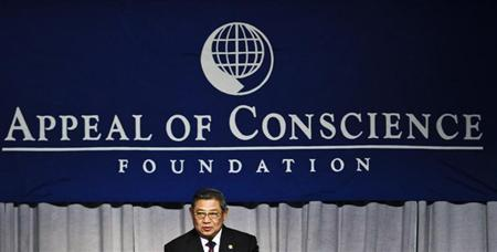 Indonesian President Yudhoyono addresses guests after receiving the World Statesman Award in New York