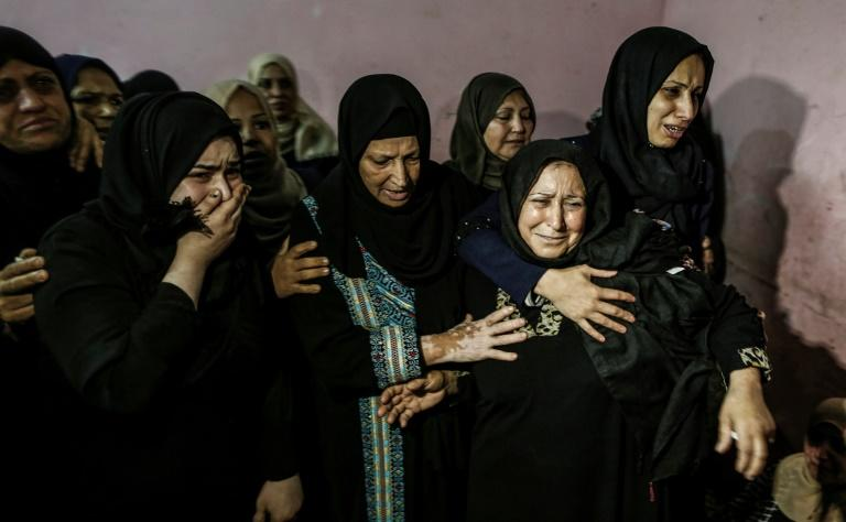 Relatives mourn for one of three Palestinians killed by Israeli fire along the border with the Gaza Strip (AFP Photo/MAHMUD HAMS)