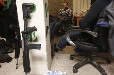Ammon Bundy talks to occupiers in an office at the Malheur National Wildlife Refuge near Burns, Oregon, January 6, 2016. REUTERS/Jim Urquhart/File Photo
