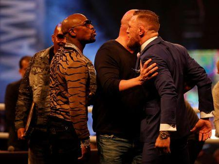 Boxing - Floyd Mayweather & Conor McGregor Press Conference - London, Britain - July 14, 2017   UFC President Dana White seperates Floyd Mayweather and Conor McGregor during the press conference   Action Images via Reuters/Paul Childs