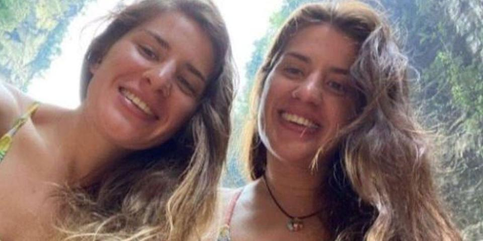 Twin sisters pose for selfies in Mexico