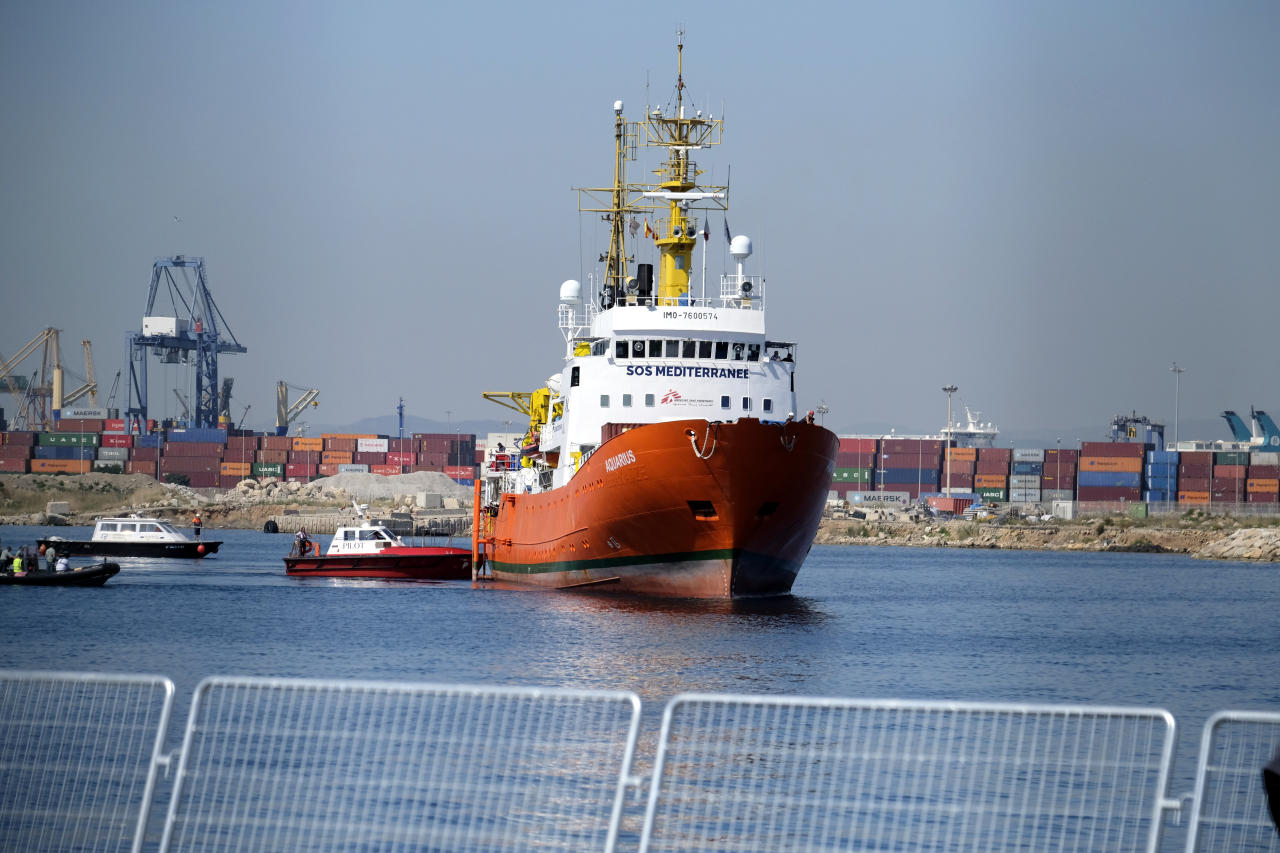 <p>The Aquarius enters the port of Valencia. (Photo: José Colón for Yahoo News) </p>