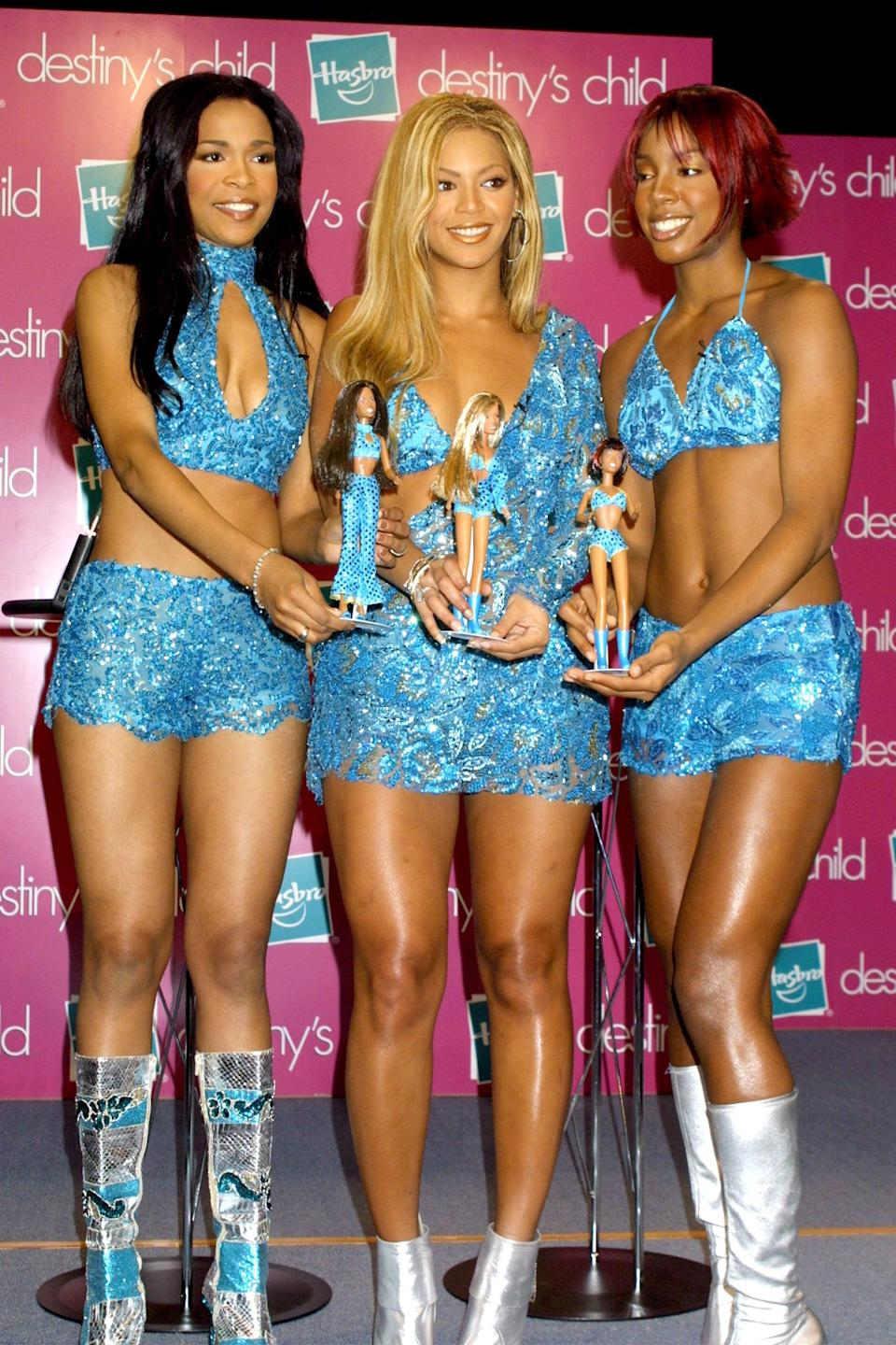 <p>How amazing are these bright blue sets that they wore at a Barbie event in 2000?</p>