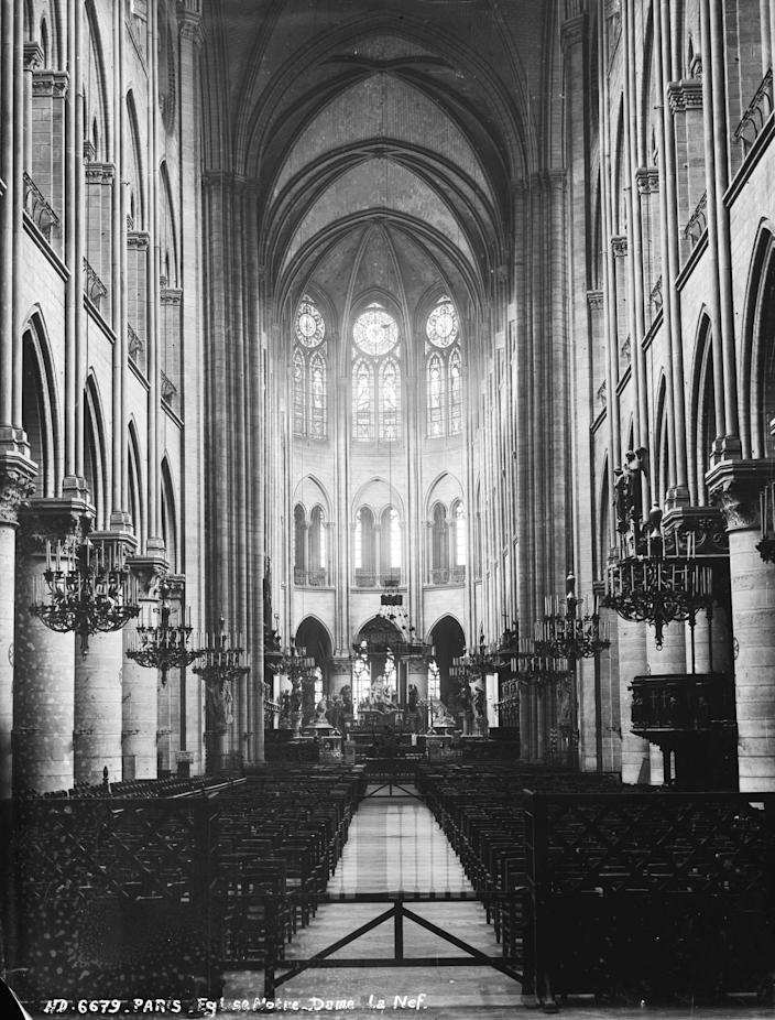 Paris (Ist district). The nave of the Notre-Dame church, around 1870-1880.